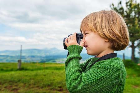 Leuk weinig jongen het nemen van foto met een camera Stockfoto