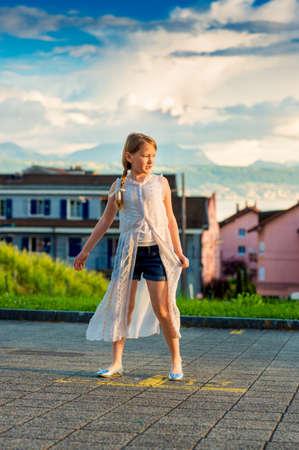 Portrait de mode d'une jolie petite fille de 8 à 9 ans Banque d'images - 60419947