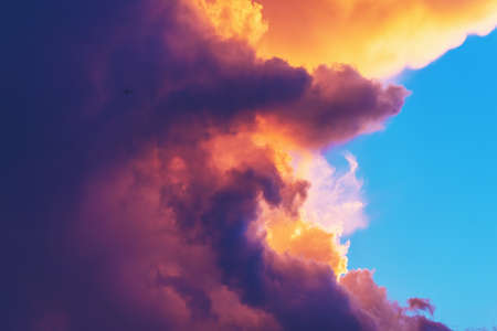 Sluit omhoog beeld van grote onweerswolk bij zonsondergang