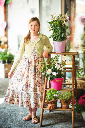 예쁜 여름 9-10 살짜리 소녀의 야외 초상화, 긴 여름 드레스를 입고