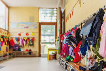 Couloir vide dans l'école, sacs à dos et sacs à crochets, salle de jeux lumineuse Banque d'images