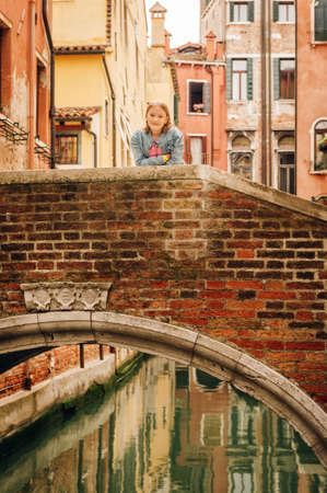 Little girl playing on the streets of Venice. Family travel with children Banque d'images