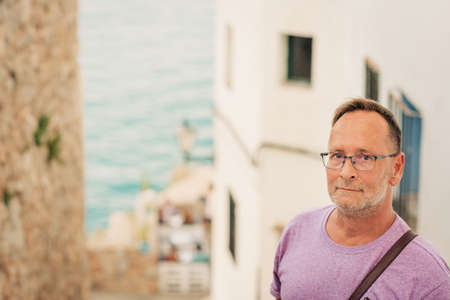 Middle age man on summer vacation by the sea, wearing glasses 写真素材 - 116821638