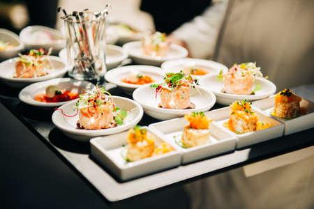 Tatrare de saumon en petites assiettes, événement traiteur, repas de banquet