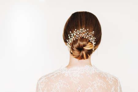 Coiffure de mariée tendance avec de beaux accessoires de mariage Banque d'images