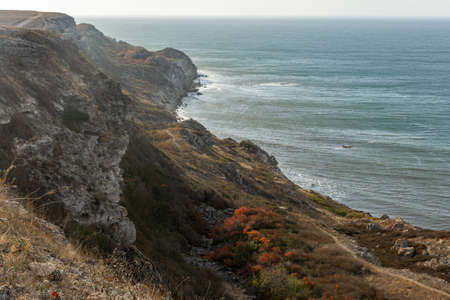 The Tract Dzhangul Tarkhankut Crimea. Autumn seashore. Steep rocks and waves crashing against them. Beautiful panoramic landscape without people. Landscape protected nature reserve nature monument 免版税图像