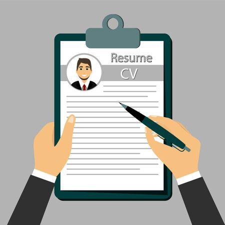 Verificar currículum, el concepto de currículum en las manos.