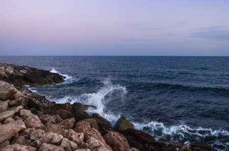 Enorme golven die op de rotsen van Cyprus kruipen