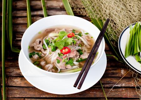 나무 배경에 베트남 전통 쇠고기 수프 포 스톡 콘텐츠