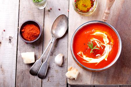 Tomaat, rode peper soep, saus met olijfolie, rozemarijn en gerookte paprika