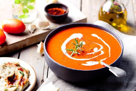 Pomidor, papryka czerwona zupa, sos z oliwy z oliwek, rozmaryn i wędzoną papryką