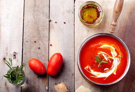 トマト、赤唐辛子スープ、オリーブ オイル、ローズマリー、燻製パプリカ添え