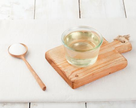 azucar: Jarabe de az�car en un cuenco de cristal sobre un fondo de madera blanca