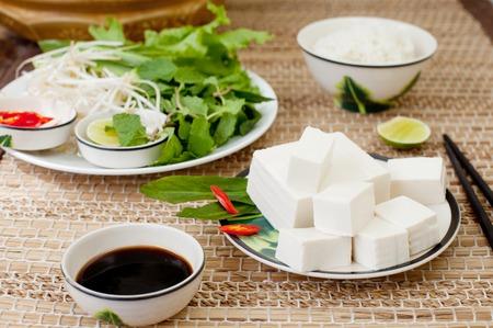 新鮮な豆腐、ご飯、サラダと木製の背景に醤油 写真素材