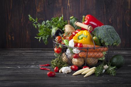 Groenten variatie in een mand op een houten achtergrond
