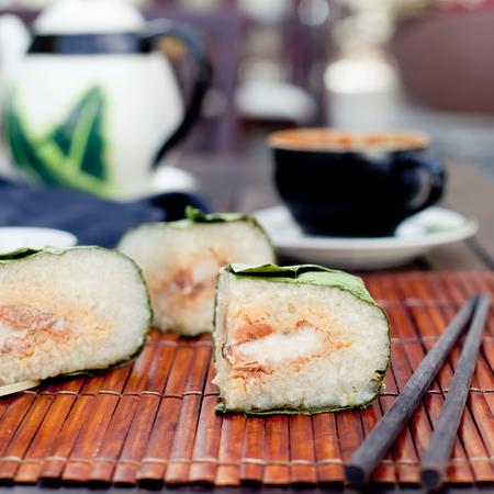ある Banh チョン、伝統的な旧暦正月、ベトナムの伝統的な料理を紹介します。バナナの葉で覆われているし、竹のロープで縛られて、肉ともち米か