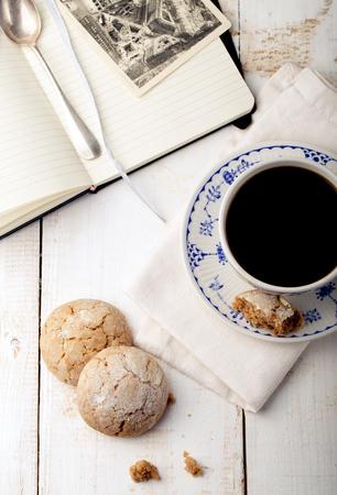 galletas: Una taza de café con galletas. Mesa de desayuno