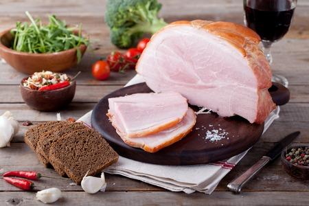 新鮮なサラダと野菜の木製のまな板に豚肉ハム。