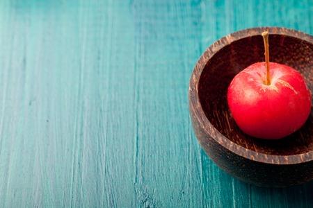 manzana verde: Manzanas rojas y hojas sobre un fondo azul, turquesa madera