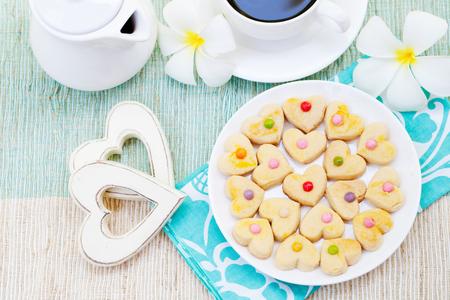 desayuno romantico: desayuno romántico concepto Taza de café con el azúcar de formación de hielo en forma de corazón galletas decoradas. mañana romántica Alegre Foto de archivo