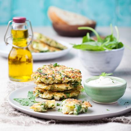 Kool en spinazie pannenkoeken met yoghurt dressing met verse kruiden Bovenaanzicht