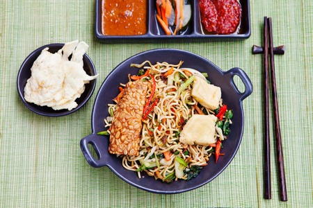 mie noodles: Mi goreng,mee goreng Indonesian cuisine, spicy stir fried noodles with tempeh and assortment of asian sauces Top view Stock Photo
