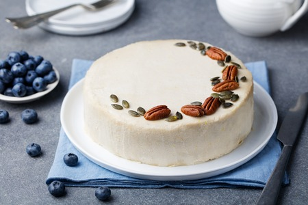 Vegetariana, pastel de zanahoria cruda. fondo de piedra gris