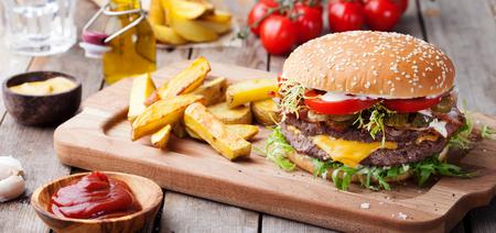 Hamburger, hamburger con patatine fritte Tagliere. Archivio Fotografico - 73545063