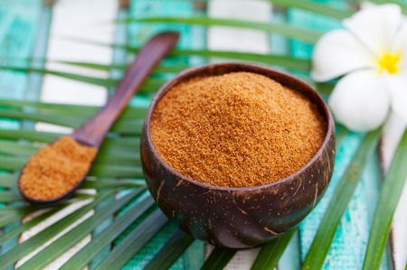 Coconut brown sugar in a wooden bowl. Imagens
