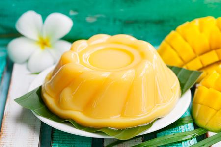マンゴー プリン、ヤシの葉と白い皿の上のゼリー