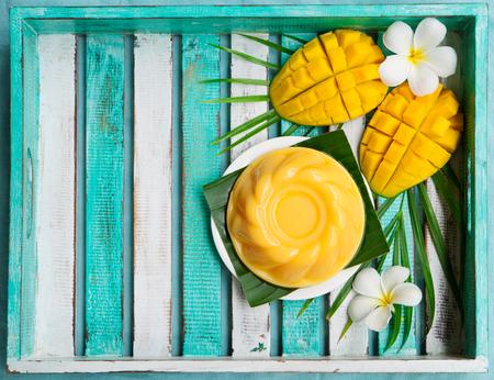 マンゴー プリン、白い皿の上のゼリー。平面図です。 写真素材