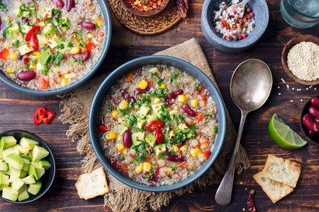 Sopa de quinua y verduras, estofado con aguacate, maíz, frijoles. Plato tradicional sudamericano. Vista superior