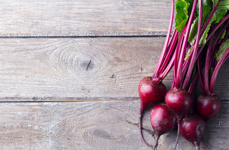 Fresh organic beet, beetroot on grey rustic wooden background. Top view. Copy space Stockfoto