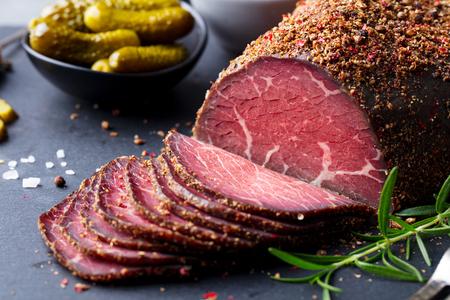 Carne asada, pastrami sobre tabla para cortar pizarra. De cerca