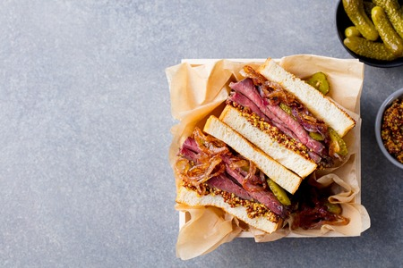 Sandwich with roast beef in wooden box. Top view. Copy space. Banque d'images - 107471272