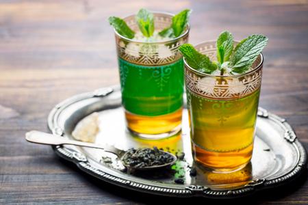Té de menta, bebida tradicional marroquí en vaso. Copie el espacio.