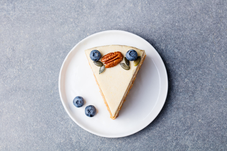 Veganer, roher Karottenkuchen. Gesundes Essen. Grauer Steinhintergrund. Draufsicht. Standard-Bild