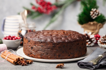 Christmas fruit cake, pudding on white plate. Copy space. Close up. Stockfoto
