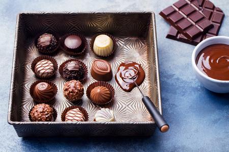 Pralinen in einer Vintage-Auflaufform mit Chocolatier-Tool.