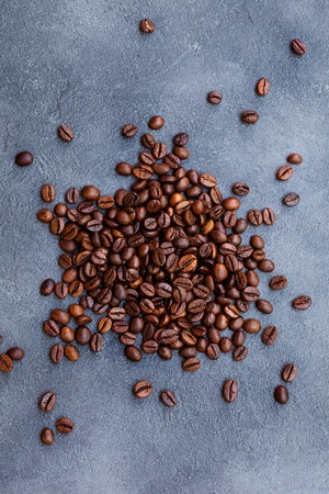 Coffee beans on slate background. Top view. Copy space. Foto de archivo - 122695165