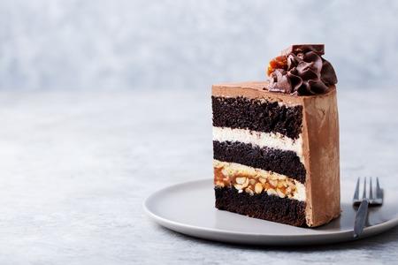 Cioccolato, caramello, torta di arachidi, snickers su un piatto Archivio Fotografico