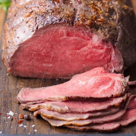 Roast beef on cutting board. Banque d'images - 123097619
