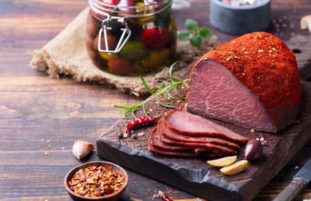 Roasted beef, pastrami on slate cutting board. Copy space. Banque d'images - 123507073