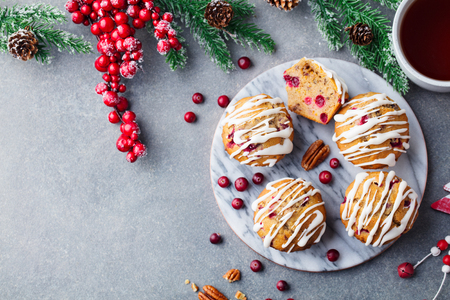 Muffins, cakes with cranberry and pecan nuts. Christmas decoration. Top view. Copy space. Stockfoto