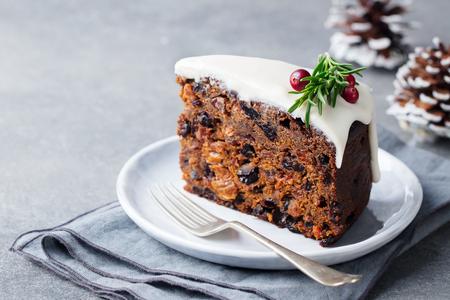Weihnachtsfruchtkuchen, Pudding auf weißem Teller. Traditionelles Neujahrsdessert. Platz kopieren.