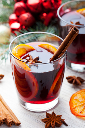 Mulled red wine with spices, orange slices on New year and Christmas Stockfoto