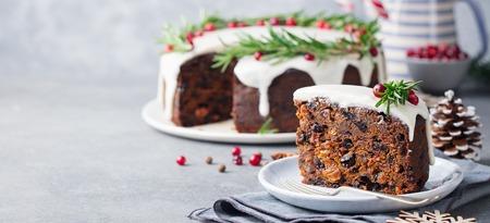 Weihnachtsfruchtkuchen, Pudding auf weißem Teller. Speicherplatz kopieren.