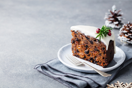 Christmas fruit cake, pudding on white plate. Copy space. Standard-Bild