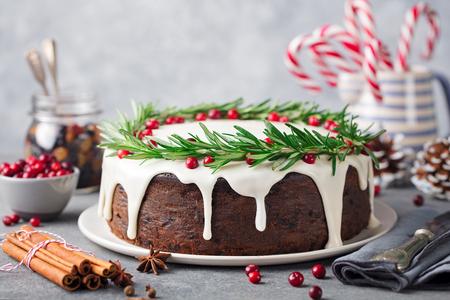 Het fruitcake van Kerstmis, pudding op witte plaat. Kopieer ruimte.