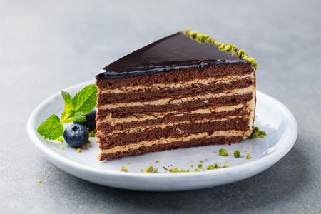 Schokoladenkuchen auf einem weißen Teller.
